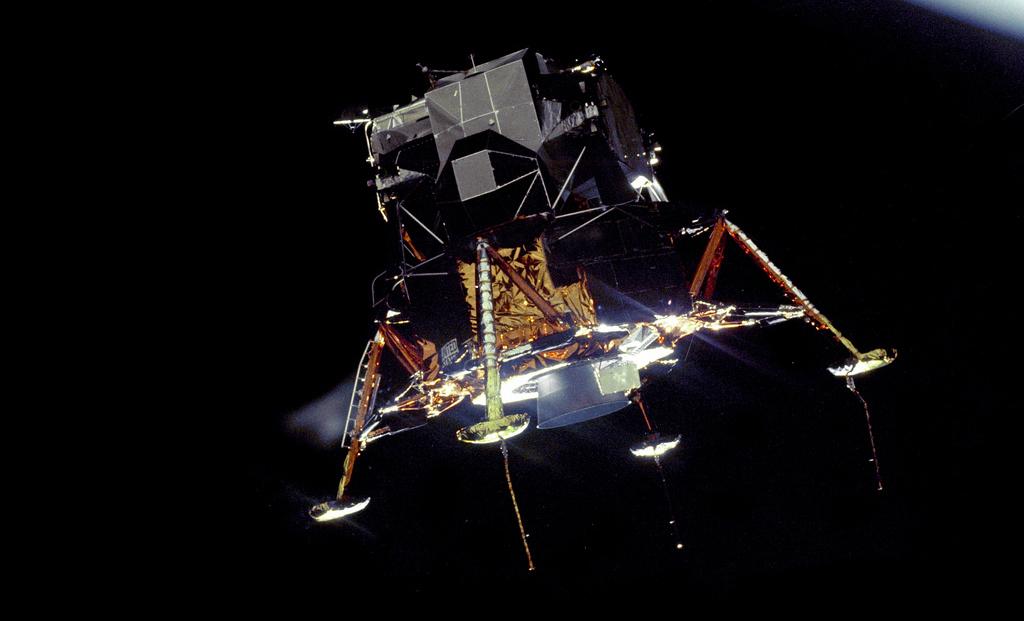 El Eagle descendiendo hacia la Luna, visto desde el módulo de mando en órbita.