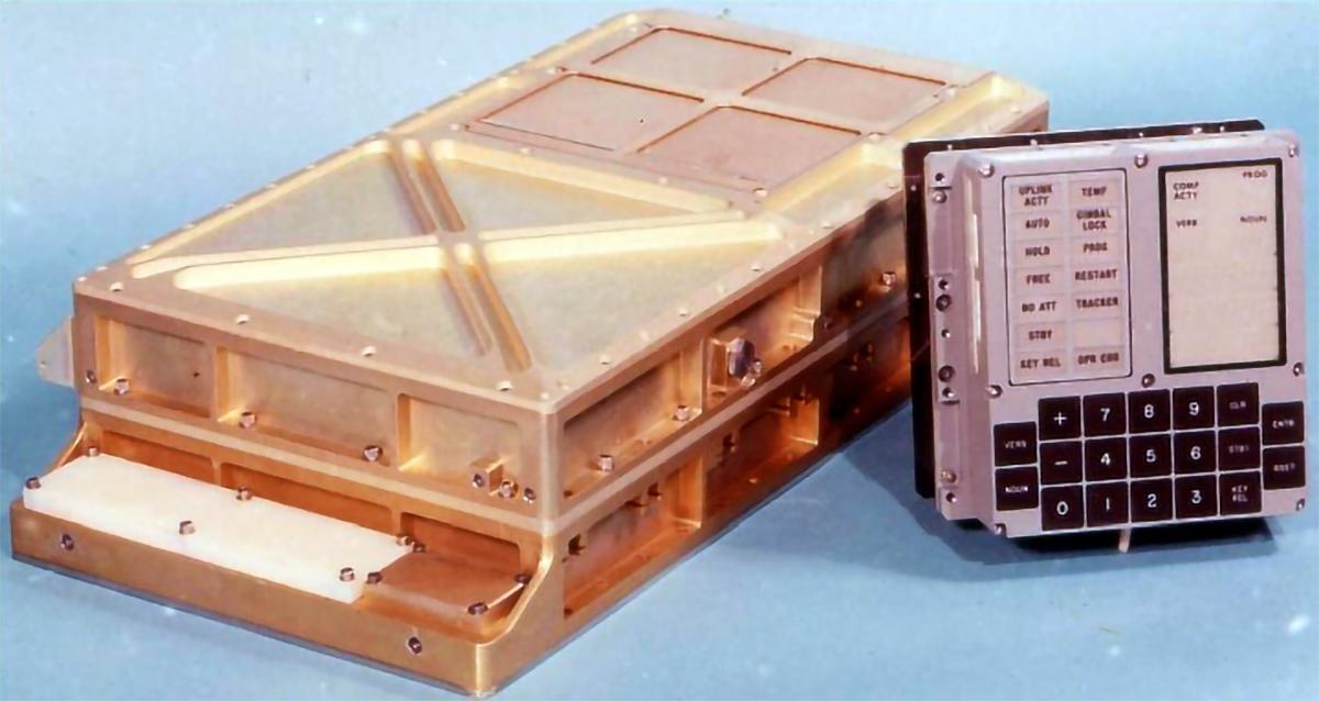 Ordenador de guiado del módulo lunar (izquierda), junto a su interfaz DSKY-Display Keyboard (Fuente: NASA).