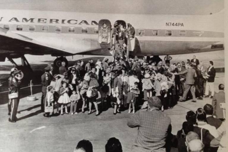 Niños cubanos llegando a suelo estadounidense durante la Operación Peter Pan